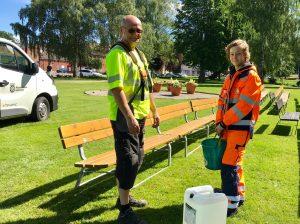 Elias får instruktioner av sin chef Christer Waldemarsson.