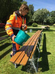 Bänktvätt med klart åvatten i Tyringe blev Elias sista uppdrag på feriejobbet.
