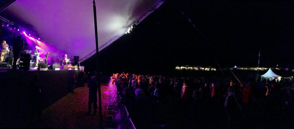 Regnet upphörde och Eric Gadd kunde spela inför en publik på uppskattningsvis 3 000 personer på lördagskvällen. Foto: Lotta Persson