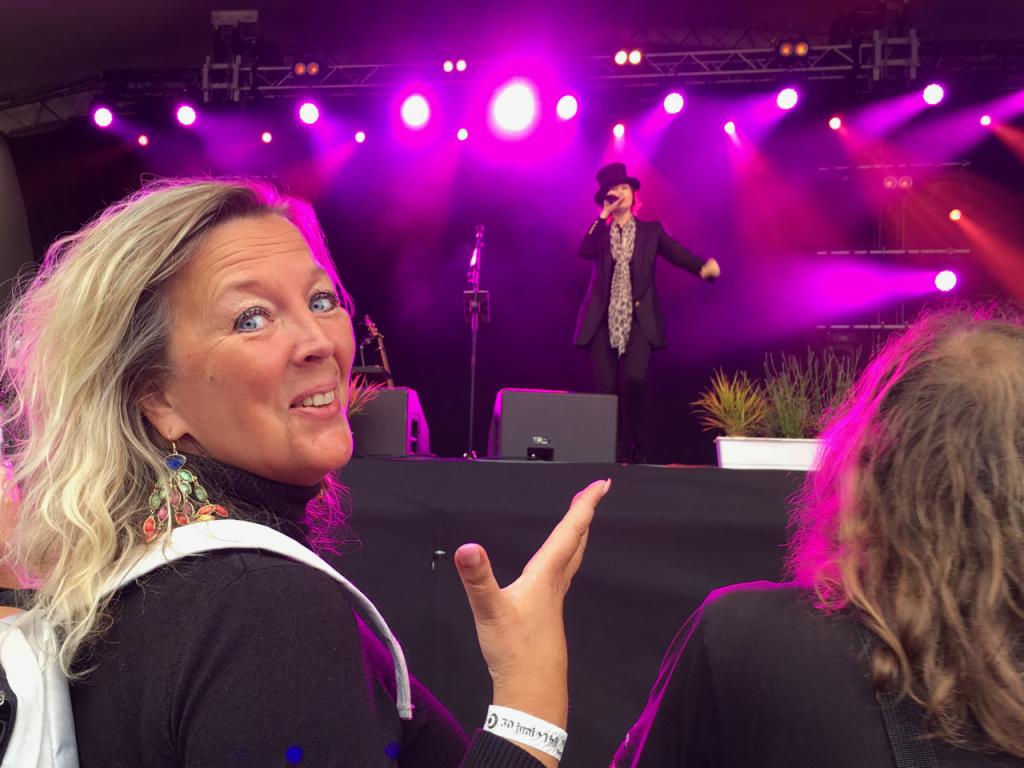 Maria Elfblad kunde inte varit lyckligare än nära scenen med Suzanne Vega. Foto: Lotta Persson