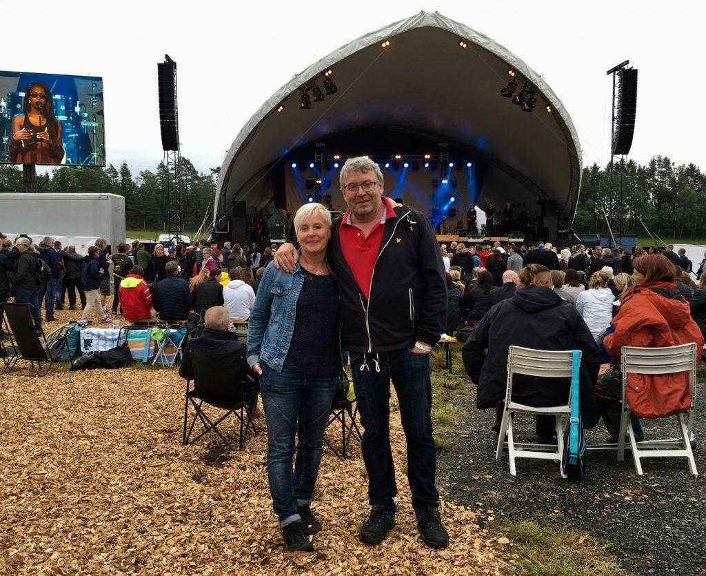 Säkerhetschef Anders Nählstedt och Gunilla Berndtsson kopplade av och njöt stort av Torsjöfesten. Anders vana öga för att bedöma folksamlingar uppskattade lördagens publik till mellan 3 000 och 4 000. Foto: Lotta Persson