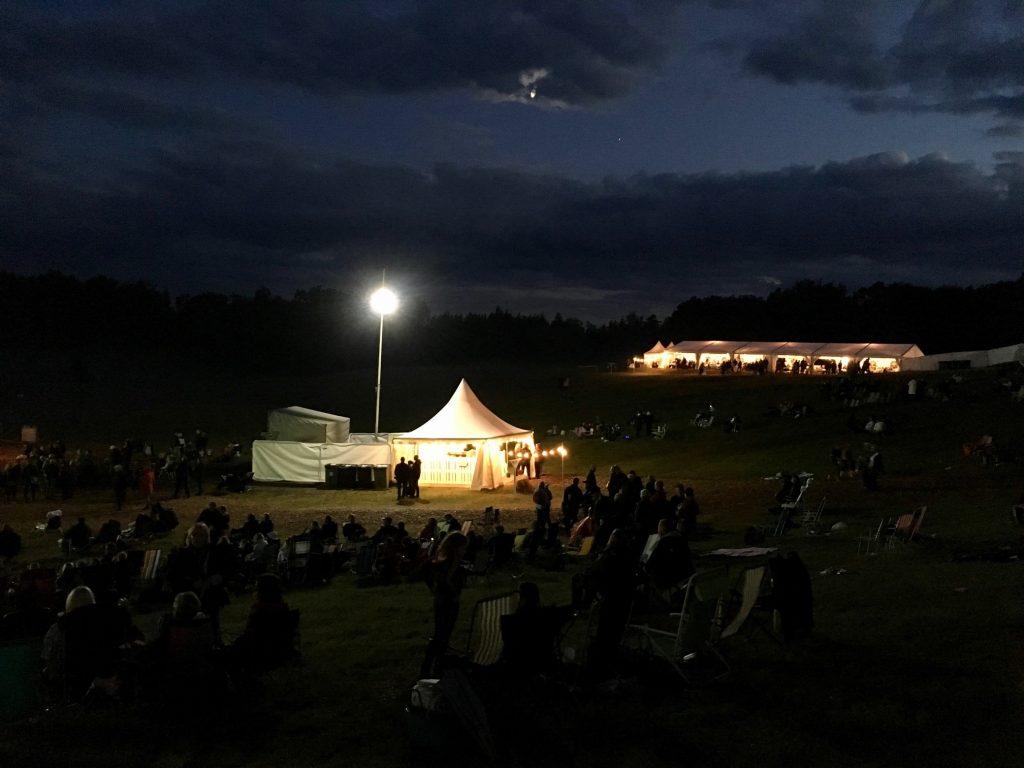 Natten sänkte sig över Torsjö Live 2017, bara belysningen i tälten och aftonstjärnan på himlen lyste upp.