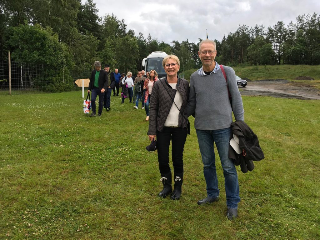 Miljöchef Sven-Inge Svensson med hustru Gunilla såg fram emot en trevlig lördagskväll. Det var första gången de deltog i Torsjö Live, men det blir helt säkert fler. -Det här är en fantastiskt fin festlokal här ute i naturen och jag hoppas på många, många fler deltagare framöver. Gunilla, lika glatt leende, håller med. Foto: Lotta Persson