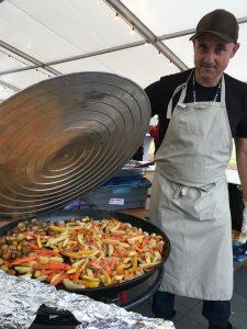 Anders Sjödin, volontär och svåger till en av kockarna, har snart grönsakerna klara. Foto: Lotta Persson